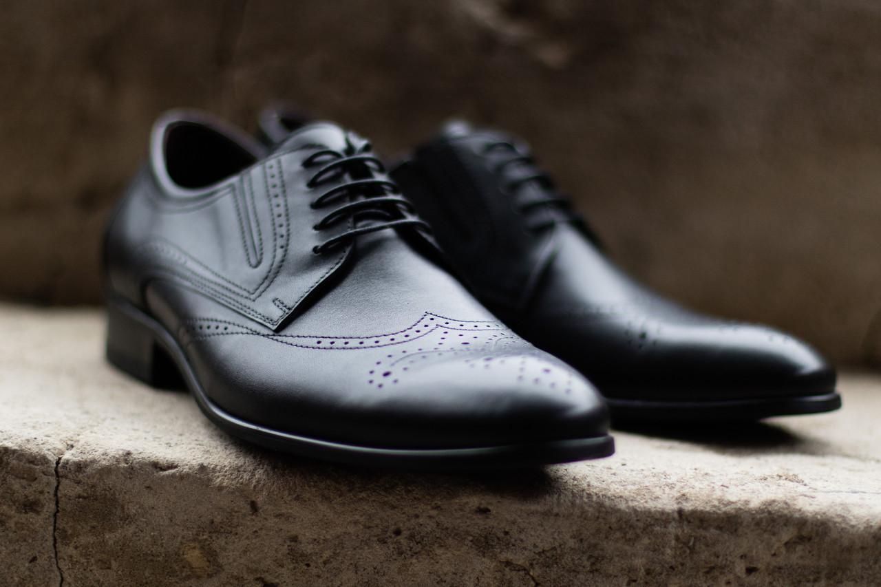 Елегантные чорні туфлі.