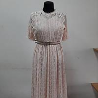 Пудровое гипюровое женское платье.
