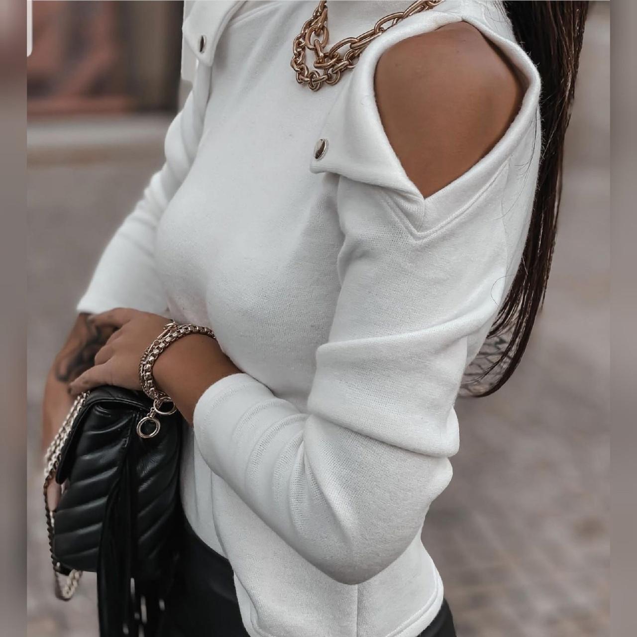 Женская белая кофточка с открытыми плечами