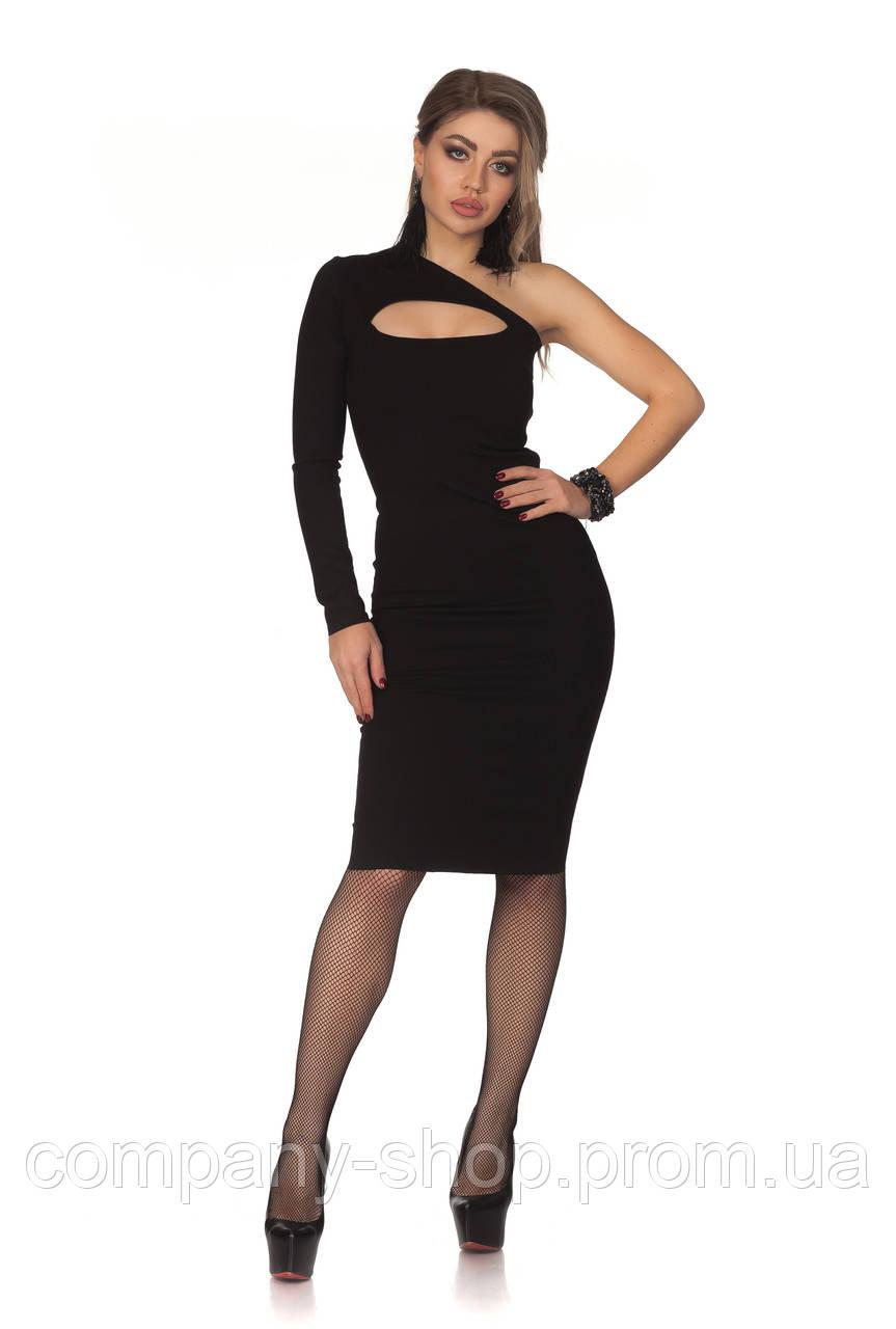 Черное платье миди с вырезом на груди.