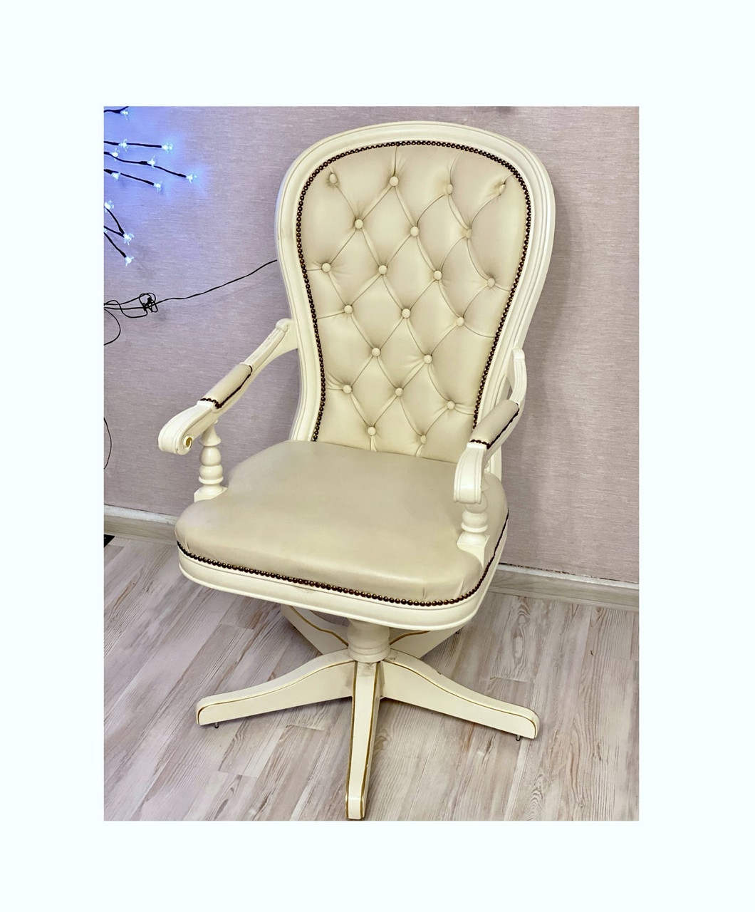 Офісне крісло з екошкіри і дерева білого кольору