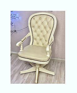 Офисное кресло из экокожи и дерева белого цвета