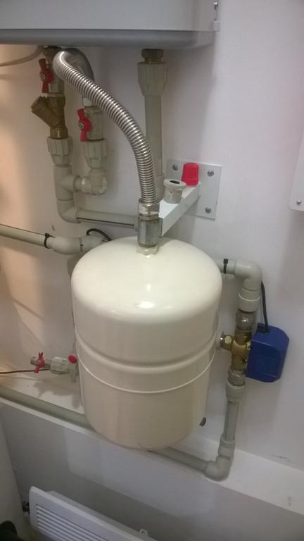 Трех-ходовой клапан, грамотно управляется многофункциональным солнечным контроллером и воду из системы отопления направляет на догрев только в случае наличия избыточного тепла в баке и при выполнении строгих условий разниц температур.