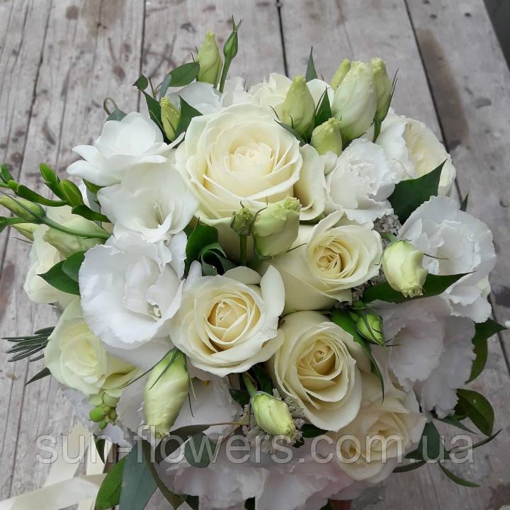 Свадебный букет из белых роз и эустомы