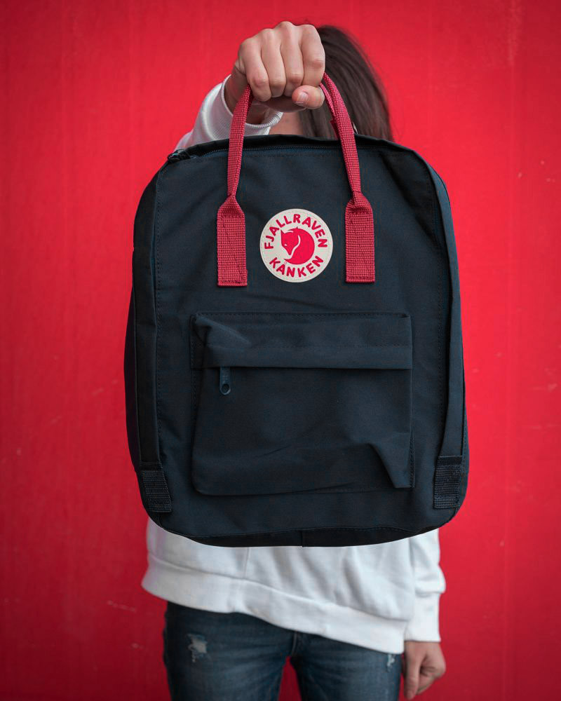 Сумка-рюкзак для девочки канкен Fjallraven Kanken classic школьный, городской, черный с бордовыми ручками