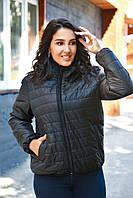 Легкая женская куртка с капюшоном большого размера.