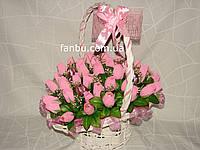 """Шикарный конфетный букет из бутонов роз """"Феерия в белой корзине""""№41"""