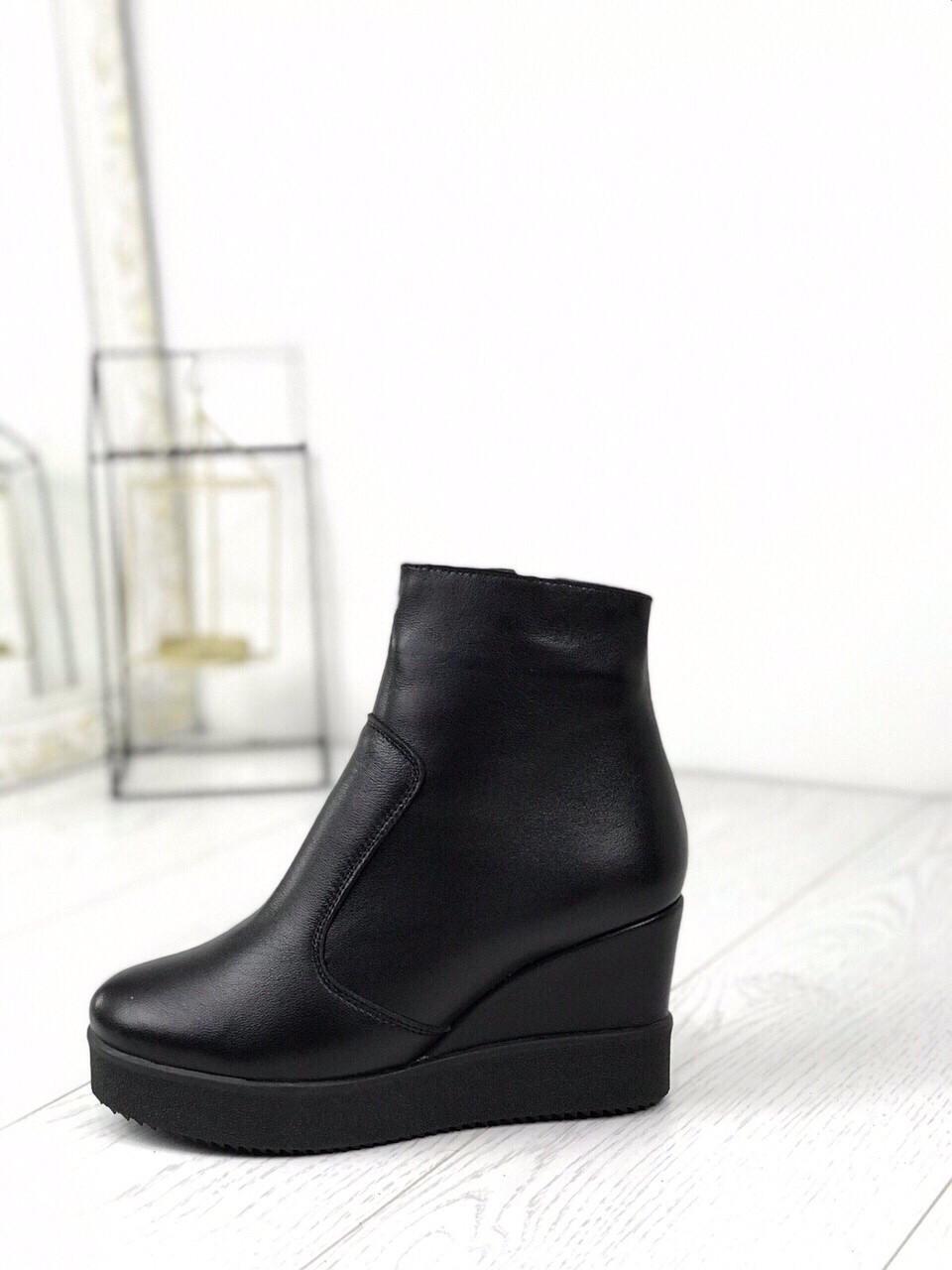 Кожаные ботинки на танкетке