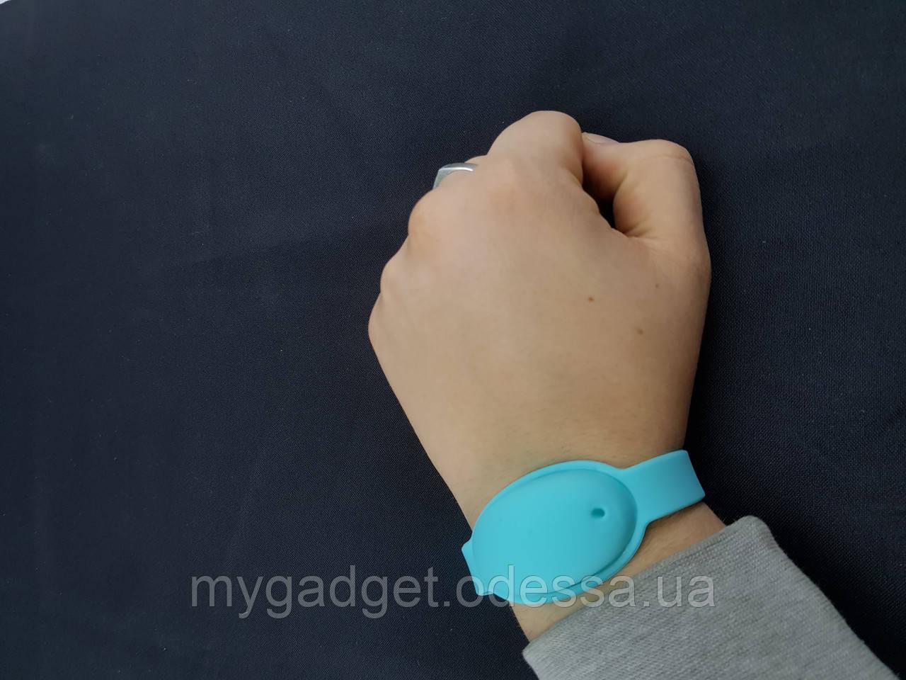 Импортный браслет  для антисептического средства (голубой)