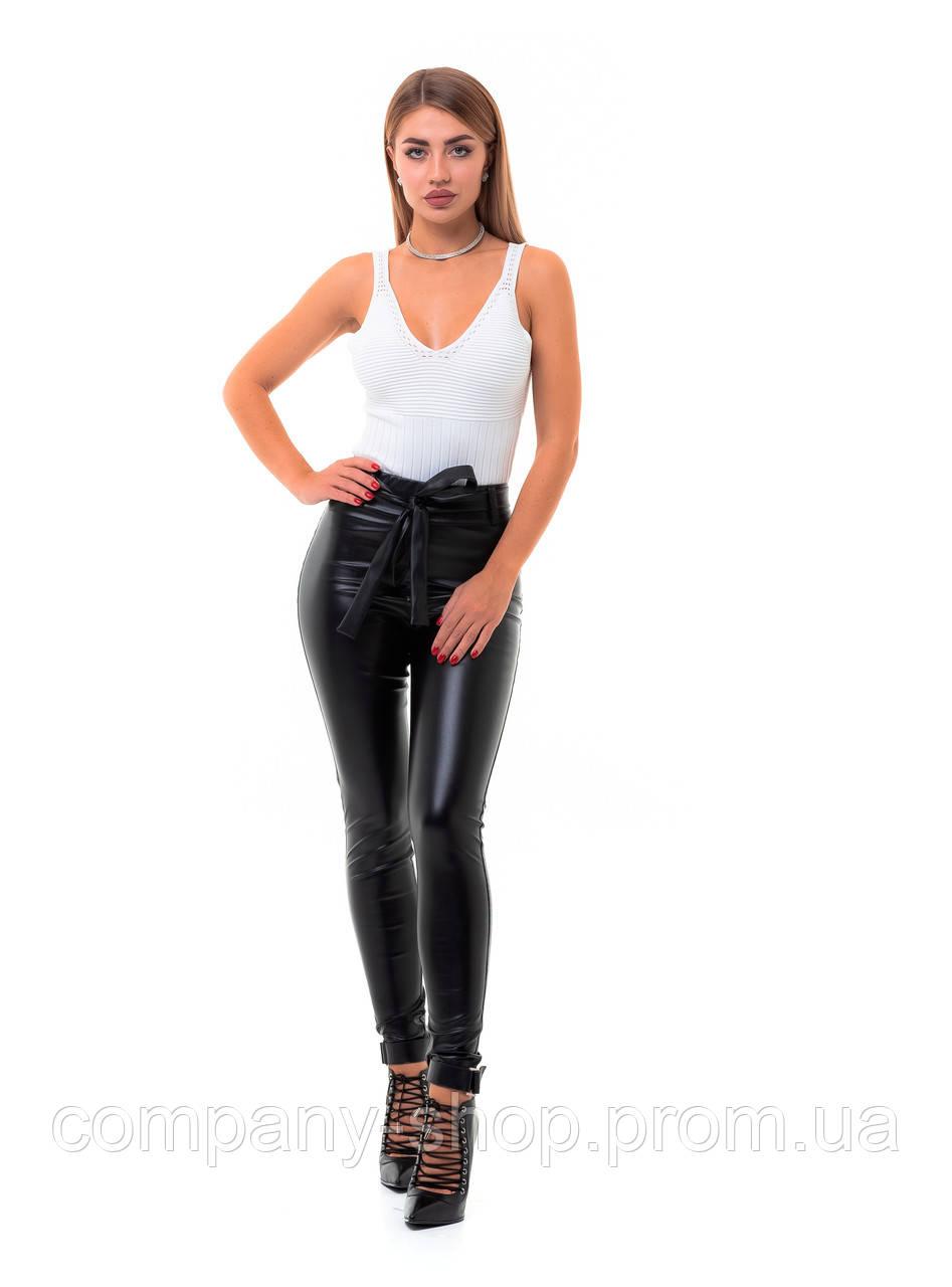 Женские черные кожаные леггнисы с высокой посадкой и поясом.