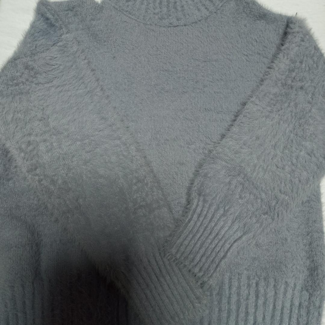 Свитер модный красивый нарядный оригинальный теплый серого цвета для девочки.