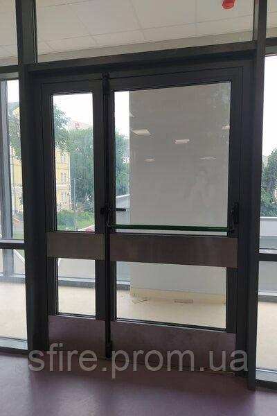 Двери противопожарные алюминиевые остекленные в перегородке