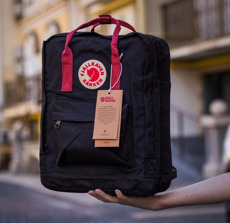 Женский рюкзак сумка канкен классик 16 литров Fjallraven Kanken classic черный с бордовыми ручками
