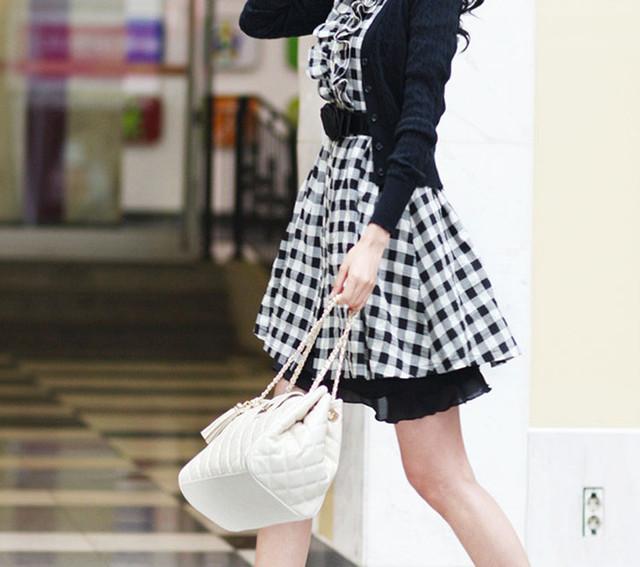 Девушка с белой сумочкой через плечо W25