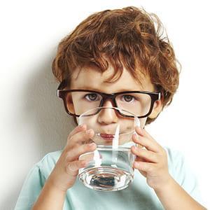 Изображение мальчика, который пьёт воду от нитратов