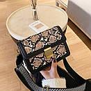 Модная Сумка кроссбоди женская с широким ремнем цвет под питона, фото 3