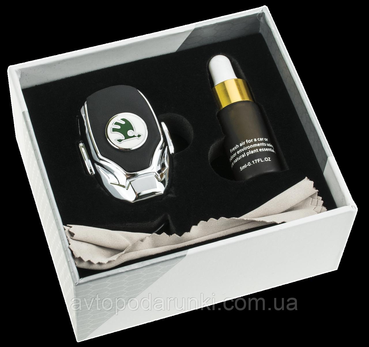 Ароматизатор PREMIUM с логотипом SKODA (Крепление  на решетку, парфюмерная отдушка 5мл, салфетка, подарочная
