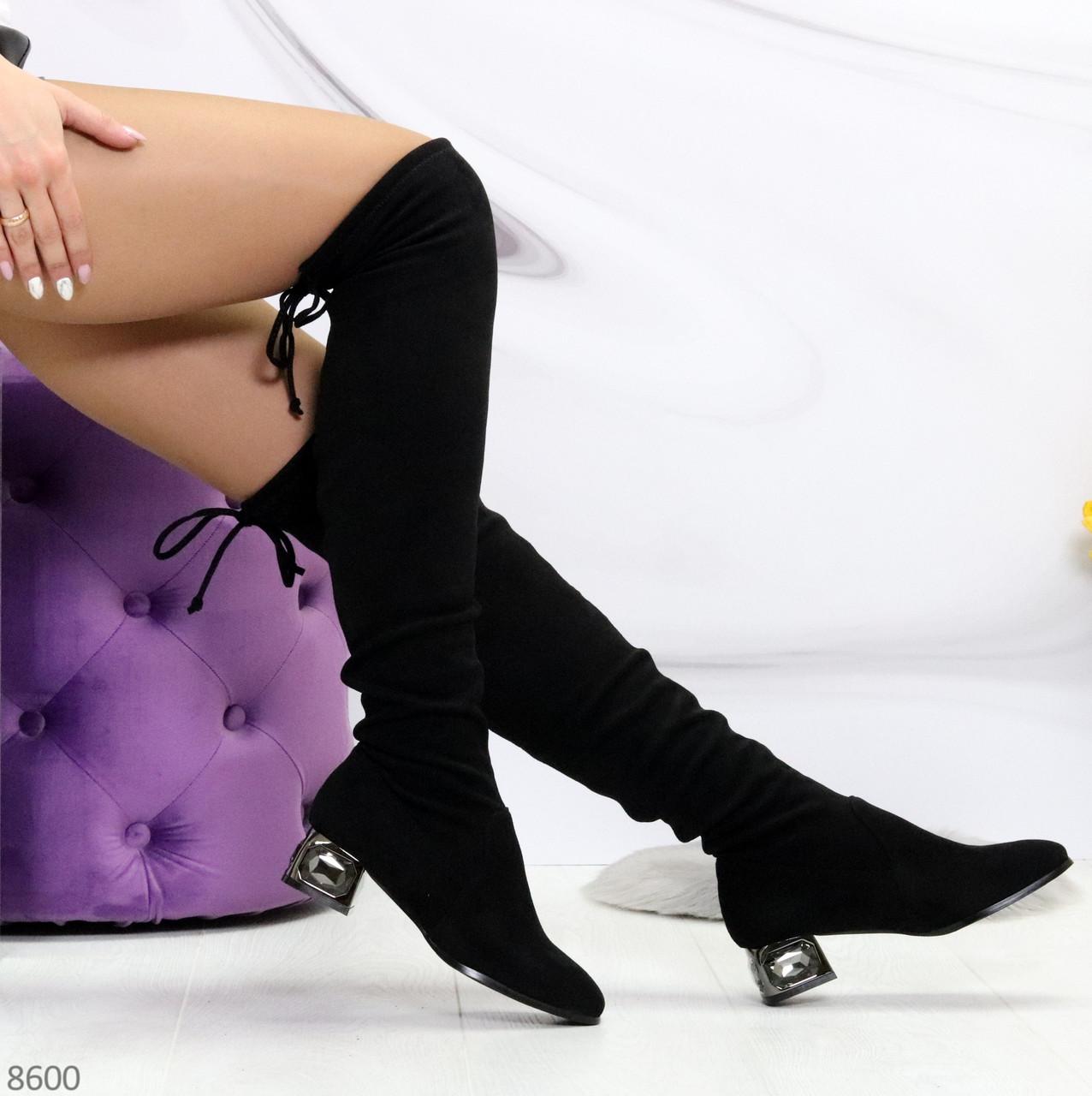 Элегантные черные замшевые женские сапоги ботфорты на декорированном каблуке