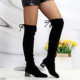 Элегантные черные замшевые женские сапоги ботфорты на декорированном каблуке, фото 5