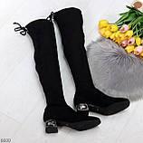 Элегантные черные замшевые женские сапоги ботфорты на декорированном каблуке, фото 8