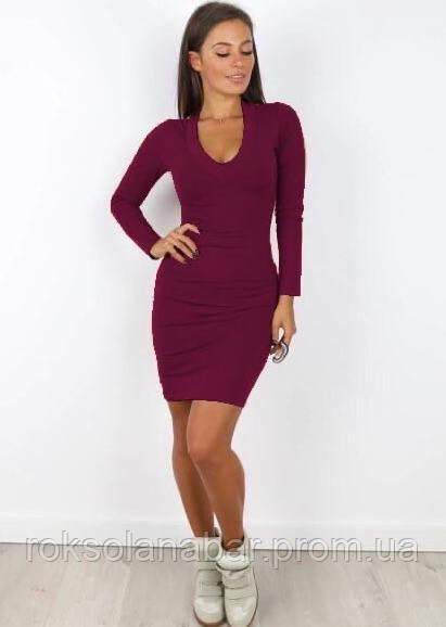 Платье бордового цвета с глубоким декольте