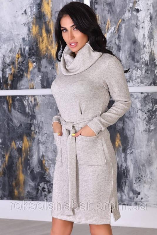Жіноче плаття сіро-бежевого кольору з поясом і кишенями