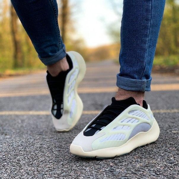 Мужские стильные кроссовки Adidas Yeezy Boost 700 V3, два цвета