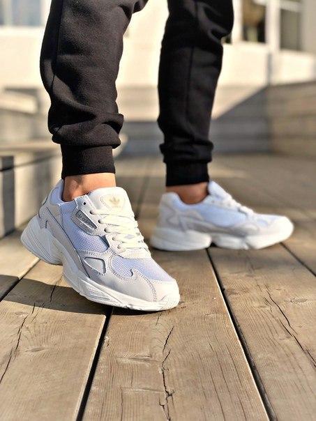 Белые женские кроссовки Adidas Torsion