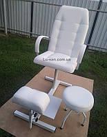 Белое кресло для педикюра с треногой и стулом для мастера