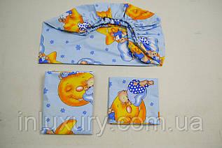 Детский комплект на голубом фоне с простынью на резинке