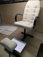 Бежевое кресло для педикюра с треногой и полкой для ванночки, фото 1