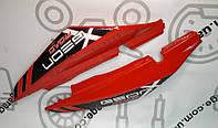 Пластик под сиденье Geon X-Road Light 200/250 (Комплект красный с черной наклейкой)