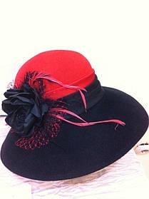 Елегантний капелюшок з великими полями з фетру з драппировкой і украшеием у формі квітки