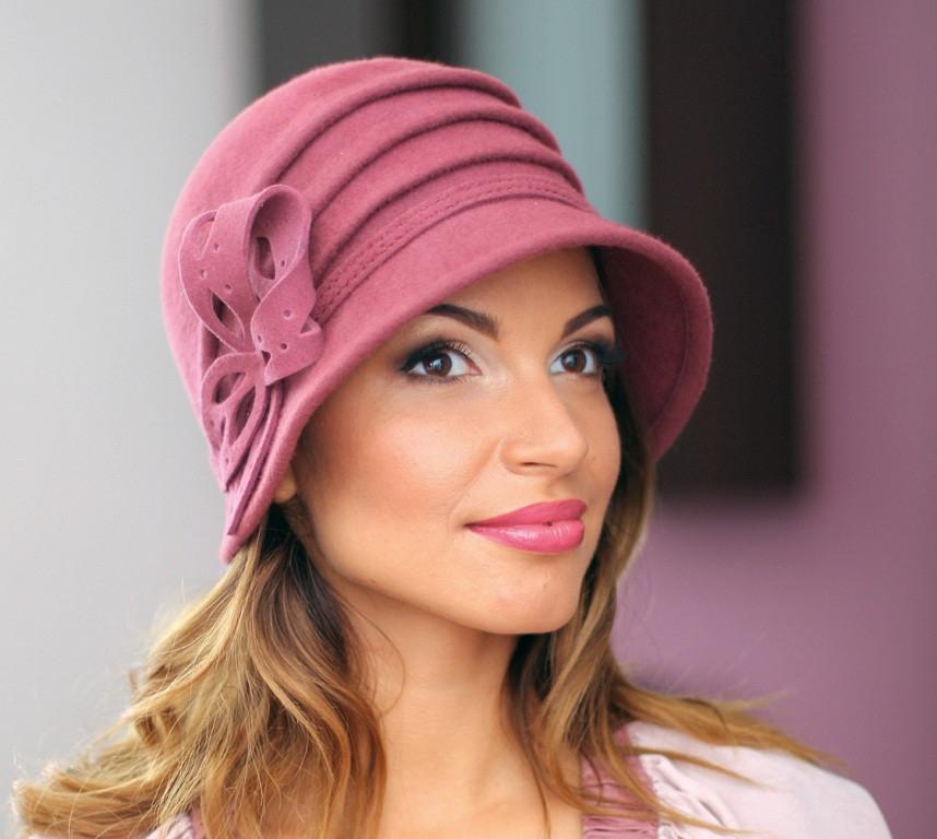 Фетровая шляпа украшенная цветком и тремя складками