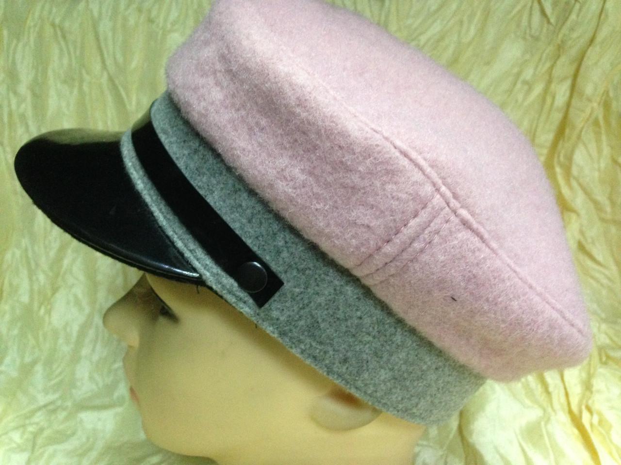 Картуз из двухцветного серо розового драпа с лаковым козырьком 55-57 см