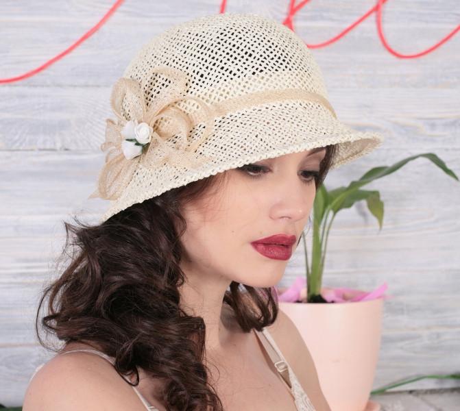 Летняя шляпа с маленькими ассиметричными полями из соломки