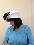 Оригінальний капелюшок з фетру колір білий з прикрасою, фото 2