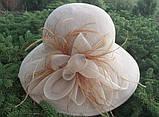 Шляпа с большими  полями  цветком и перьями поля 10.5 см, фото 2