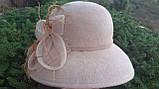 Шляпа с большими  полями  цветком и перьями поля 10.5 см, фото 3