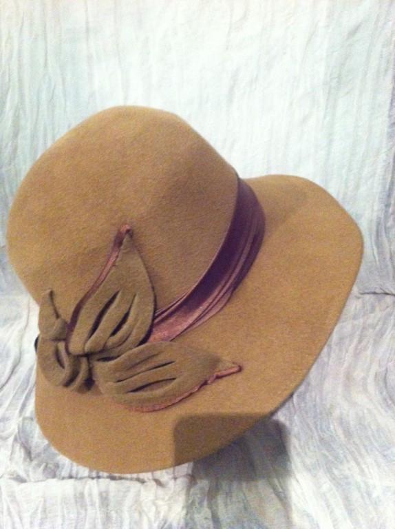 Женская шляпа с полями из  фетра с атласной лентой и цветочной композицией цвет бежевый