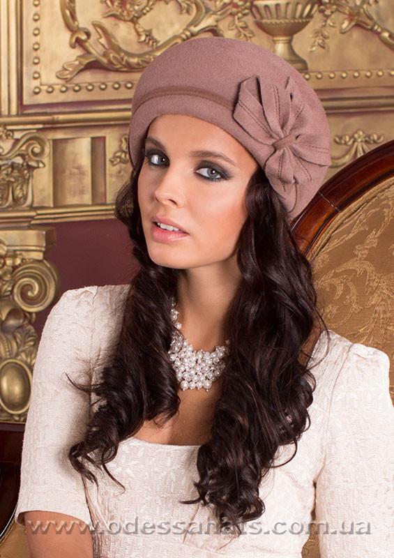 Берет шляпа  украшена цветочной композицией