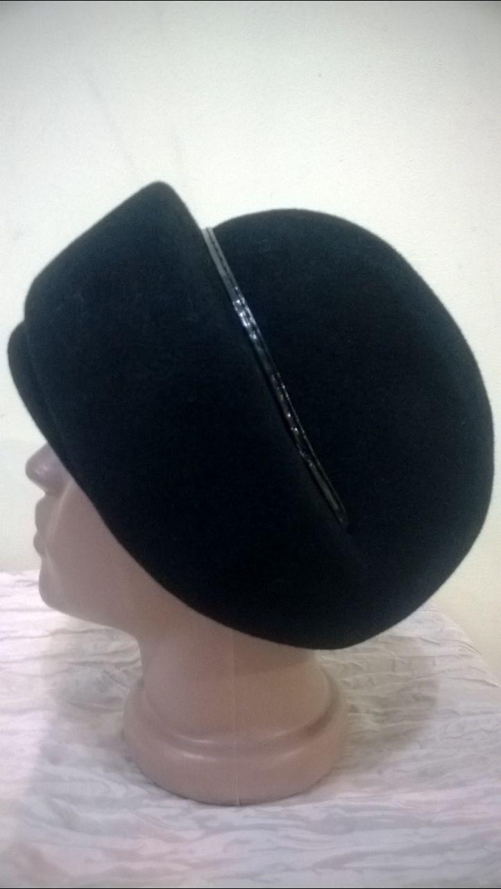 Чёрный берет боярка украшен ободком из стречкожи.