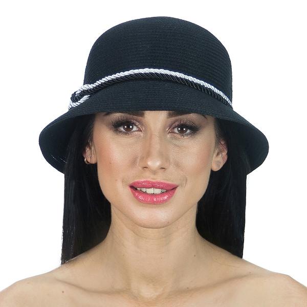 Черная  шляпа с  двухцветным шнуром