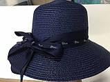 Шляпа  синяя и бежевая из рисовой соломки с бантом и лентой с брендовой надписью, фото 4