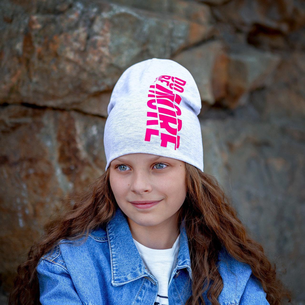 Шапочка для девочек размер 50-56  серый меланж с малиновой надписью