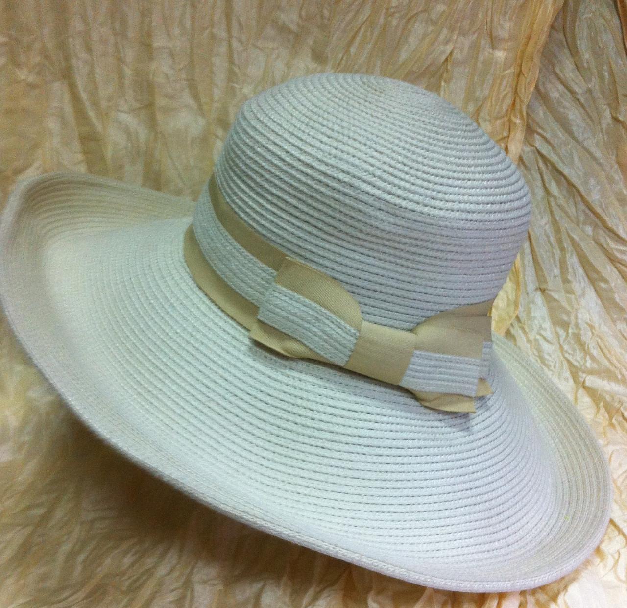 Молочная шляпа с бежевой лентой и бантом