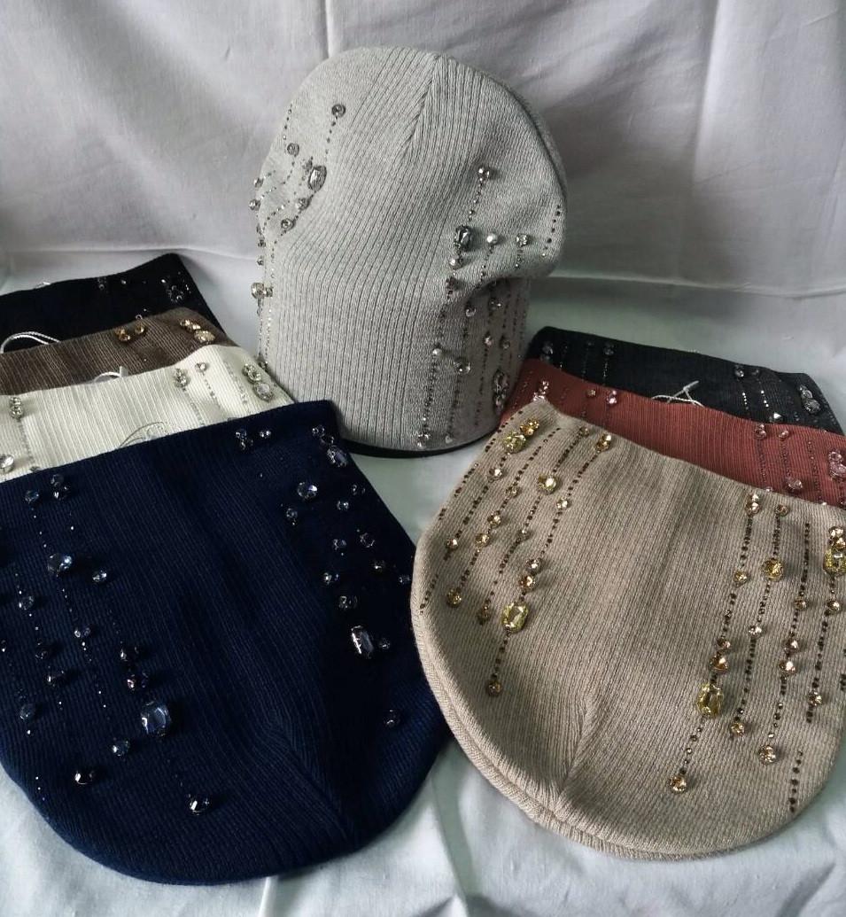Женская шапочка украшенная крупными камням разных цветов