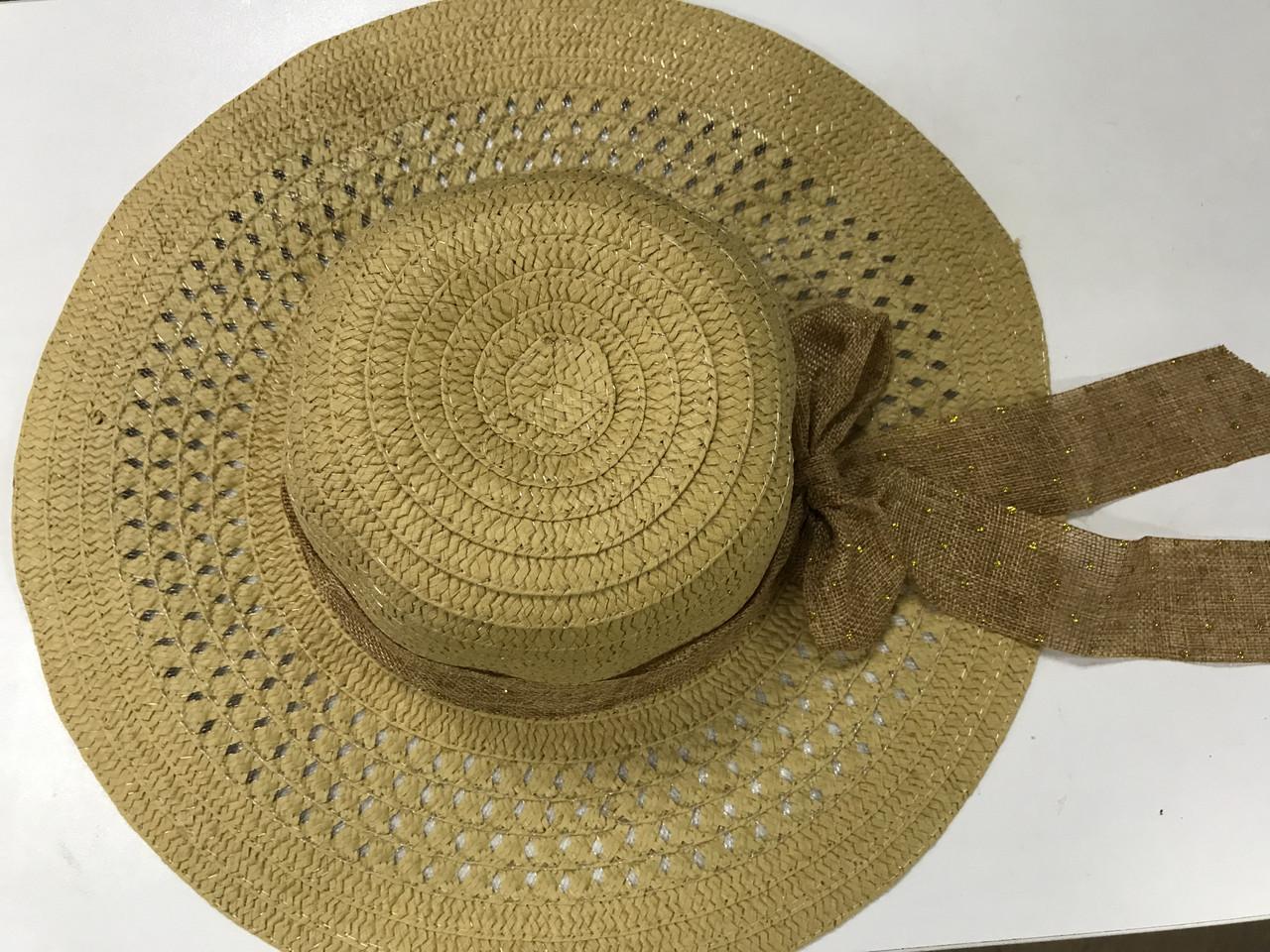 Річна коричневий капелюшок з соломки прикрашена стрічкою з бантом