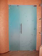 Стеклянная радиусная матовая перегородка с рисунком и распашной дверью