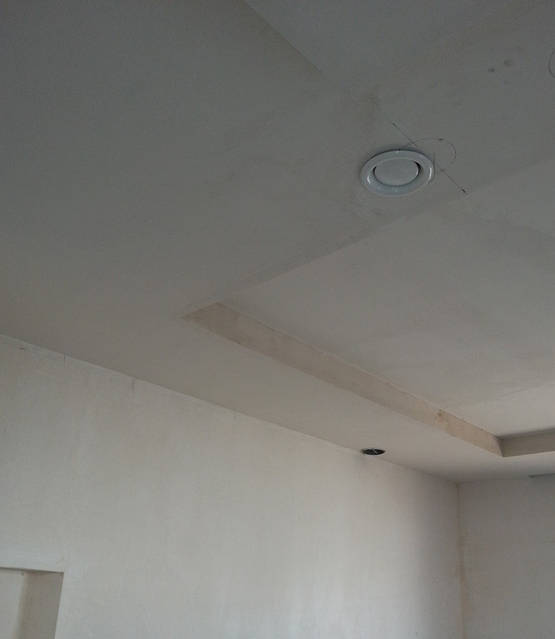 Клапан для отвода воздуха в кухне в потолке (естественный канал вентиляции для вентиляции кухни).